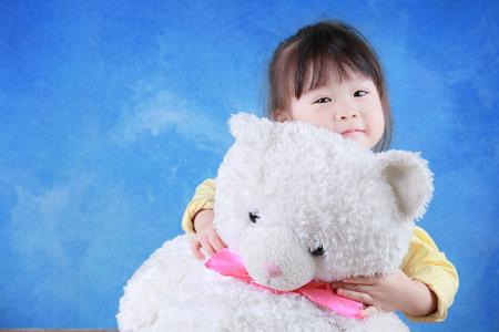 niños chinos: Retrato de niña con osito de peluche