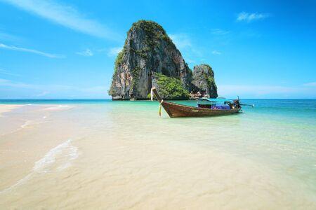 bateau: Bateau Longtail au célèbre ensoleillé Long Beach, Krabi Thaïlande, la mer d'Andaman Banque d'images