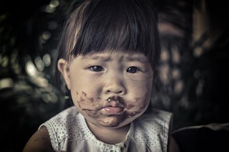 arme kinder: arme Kinder essen Eis Lizenzfreie Bilder