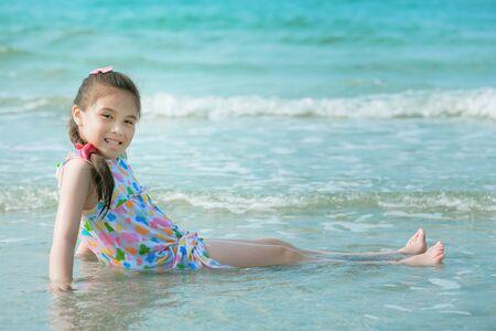 mignonne petite fille: Bonne petite fille sur la plage