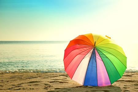 Parapluie coloré sur le style rétro de la plage Banque d'images - 45730723