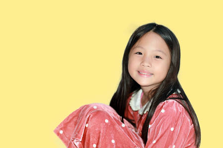 niñas chinas: Chica asiática feliz en el fondo blanco