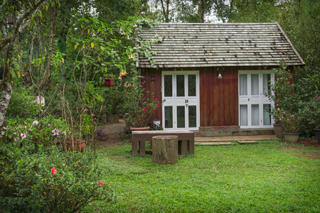 casa de campo: pequeña casa de madera