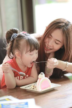 familia comiendo: Familia que come la torta en restaurante