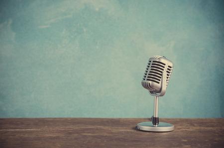 microfono antiguo: Micrófono estilo Retro Foto de archivo