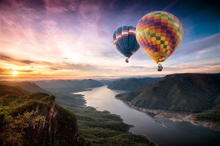 Colorful hot air balloons flying over on Mae Ping National Park at sunrise Foto de archivo