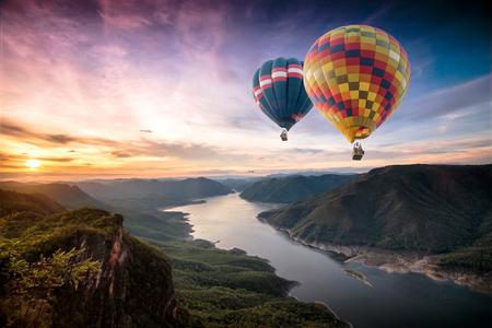 Kleurrijke heteluchtballonnen vliegen over op Mae Ping National Park bij zonsopgang