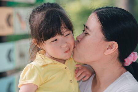 Mère embrasse sa fille Banque d'images