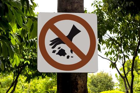tirar basura: signo, s�mbolo de advertencia, no tirar basura en lugares p�blicos Foto de archivo
