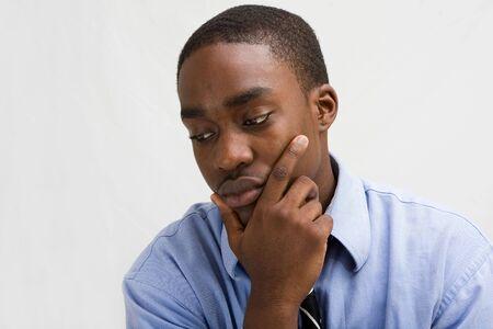 Dark peau jeune professionnel des affaires avec la main sur le menton, MBA étudiant, ou à une autre, isolée sur blanc