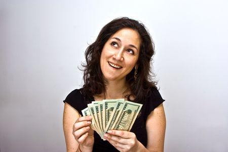 contando dinero: La mujer contando el dinero y pensar lo que puedes hacer con ellos