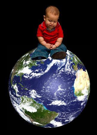 Een jonge baby jongen bezorgd over onze blauwe planeet genaamd Aarde en haar toekomst, zittend op onze aardbol, geïsoleerd op een zwarte achtergrond Stockfoto