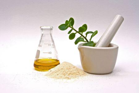 mortero: Un l�quido amarillo en un frasco con un polvo en la parte delantera y un mortero de color blanco con hojas asome en ella sobre un fondo blanco