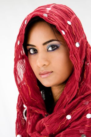 middle eastern clothing: Bella donna con testa sciarpa rossa, isolati
