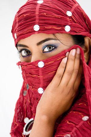 分離した赤のヘッド スカーフを持つ美しい女性