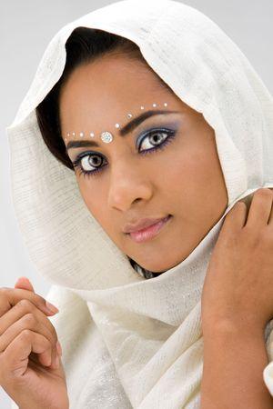 middle eastern clothing: Bella donna con testa sciarpa bianca, isolata