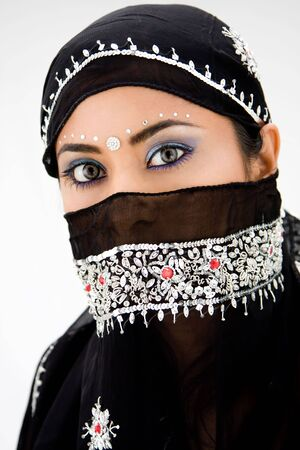 middle eastern clothing: Bella zingara donna con foulard nero testa, isolato