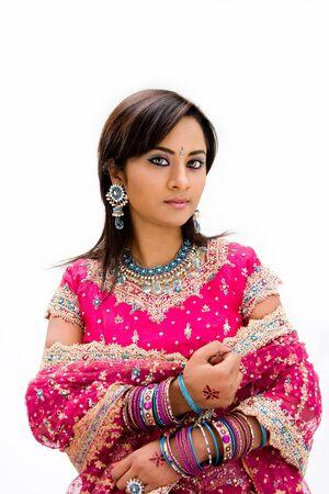 sari: Bangali hermosa novia en traje de colores, aislado