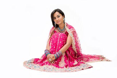 sari: Bangali hermosa novia en la sesi�n vestido de colores, aislado