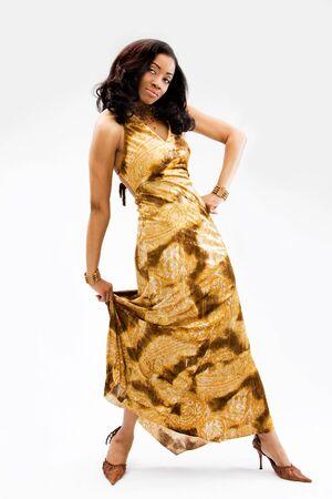Belle femme africaine debout tenue vestimentaire comme un mannequin, isolé Banque d'images - 3860925