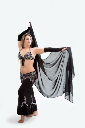danseuse orientale: Belle danseuse du ventre en costume noir tenue voile, isol�