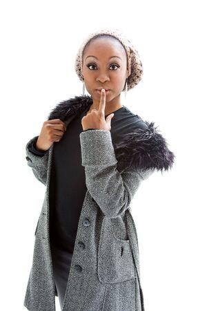 Mooie Afrikaanse vrouw draagt grijze winter kleding, geïsoleerd