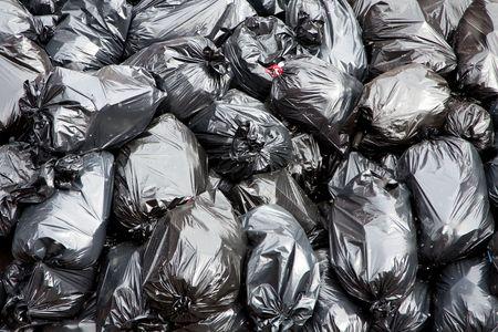Śmieciarka: Pala czarnego garbage worków z ton Kosz  Zdjęcie Seryjne