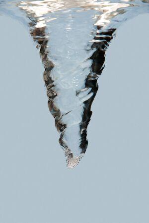 waterspout: Vista laterale di un vortice di turbolenza sott'acqua con le bollicine, isolate