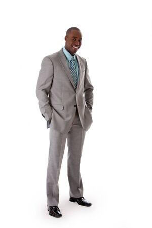 격리 된 주머니에 손으로 서 미소로 회색 양복을 잘 생긴 아프리카 계 미국인 남자