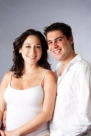verlobt: Porträt einer schönen jungen Paar glücklich lächelnd in Weiß gekleidet, isoliert Lizenzfreie Bilder
