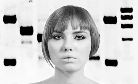 Prachtig gezicht van een aangelegde bionische vrouw voor een genetische DNA banding patroon van elektroforese, zwart en wit.