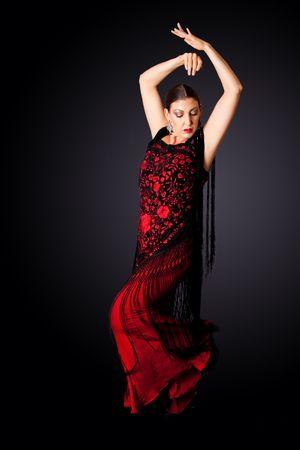 danseuse flamenco: Belle femelle Flamenco espagnol danseur faisant une pose de ligne typique, porter des v�tements modernes. Femme espagnole Paso Doble de danse dans les v�tements de robe rouge et noir, isol�s.