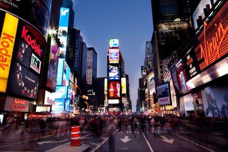 ニューヨーク - 2009 年 11 月 26 日: ライトアップの看板と広告と多くの観光客人が歩いマンハッタン (ニューヨーク) のタイムズスクエアの夜景。