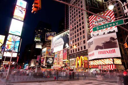 broadway: New York - 26 November 2009: Night-Szene der Broadway am Times Square in Manhattan (New York City) mit alle Leuchten bis Plakatw�nden und Werbung, und viele Touristen-Menschen, die zu Fu� durch.