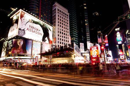 ニューヨーク - 2009 年 11 月 26 日: 夜景ライトアップの看板、広告、歩いて多くの観光客の人々 とブロードウェー アット タイムズ スクエア マンハ 報道画像