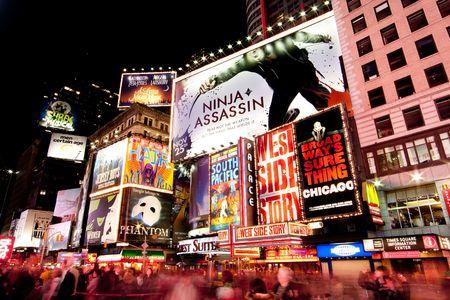 broadway: New York - 26 November 2009: Nachtszene von Broadway at Times Square in Manhattan (New York City) mit allen lit up Plakate Werbung und viele Touristen Menschen zu Fu� durch.