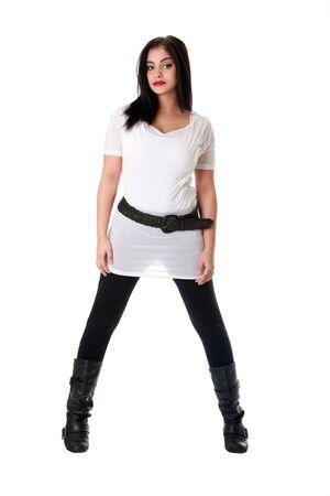 legs spread: Hermosa morena del C�ucaso de hispanos de Latina mujer con l�piz labial rojo de pie con las piernas separadas, vistiendo camisa blanca, polainas negras y cintur�n, aislado.