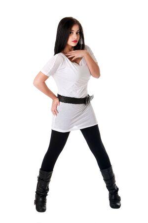 legs spread: Bella bruna Caucasian Hispanic Latina donna con rossetto rosso in piedi con le gambe che sviluppa, indossare la camicia bianca, nere gambali e cintura, isolato. Archivio Fotografico