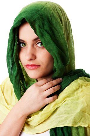 Portret van mysterieuze mooie Kaukasische Midden Oost-vrouw gezicht met groene doordringende ogen en groene mode sjaal gewikkeld rond hoofd, geïsoleerd.
