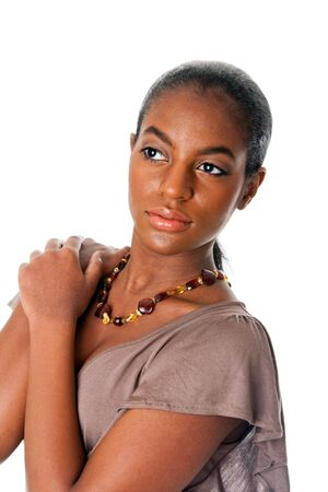 ámbar: Mujeres de hermosa moda estadounidense de cara y hombros con pieles vistiendo un collar de �mbar, aislado.