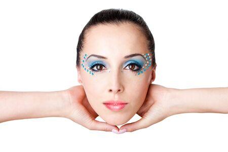 Moda mujer hermosa cara con rhinestones azules de maquillaje y gemas de una mujer hispana caucásica celebrada con las manos en el aire, aislado. Foto de archivo - 6858047