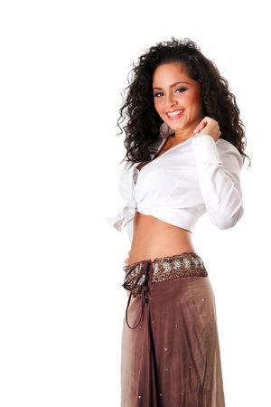 ombligo: Feliz sonriente sexy Latina de hispanos cauc�sica joven bella mujer con cabello casta�o de curley. Lindo Morena curtida, chica �tnica en blanco anudadas camiseta y falda marr�n baile mostrando ombligo, aislado.