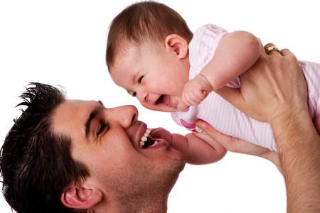 padre e hija: Guapo de hispanos cauc�sica de padre, sosteniendo la hija de lindo beb� en el aire que se divierten y sonriente, de risa aislados;