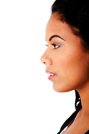 perfil de mujer rostro: Vista lateral de perfil de cara de mujer hermosa con piel curtida clara y maquillaje natural, aislado.