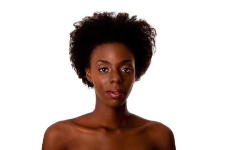 piel morena: Hermoso rostro de una mujer afroamericana con pelo rizado Afro, hombros desnudos y suave piel marr�n, aislado.