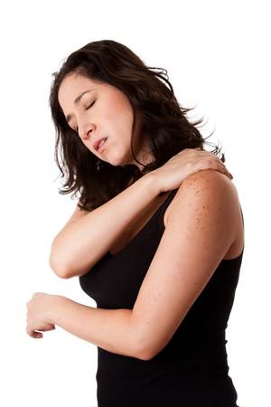 douleur epaule: Belle femme tenant son �paule de la douleur au cou et mal au stress, portant un sportif noir d�bardeur, isol�.  Banque d'images