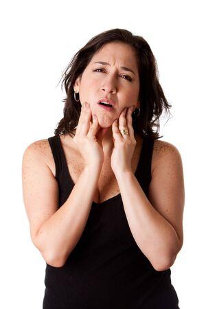 boca sana: Hermosa joven mujer atractiva con expresi�n de dolor de mand�bula de diente dental sentirse indispuesto, sosteniendo su ment�n, aislado.