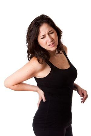 Hermosa mujer sosteniendo su espalda con dolor y dolor debido a una lesión, vistiendo un deportivo negro mangas, aislado.