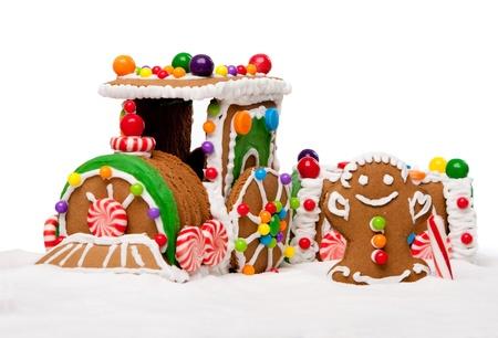 treno espresso: Panpepato Polar Express treno e un uomo felice Natale ricoperte di neve e caramelle colorate su un paesaggio invernale, isolato.