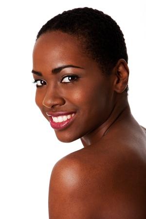 visage femme africaine: Belle femme souriante heureuse inspiration africaine avec des cheveux boucl�s courts et une belle peau montrant les dents, isol�. Banque d'images